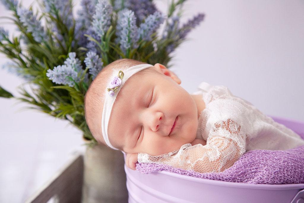 Neugeborene BabyGirl aus Köln in Lohmar Newbornshooting bei Carina Rosen