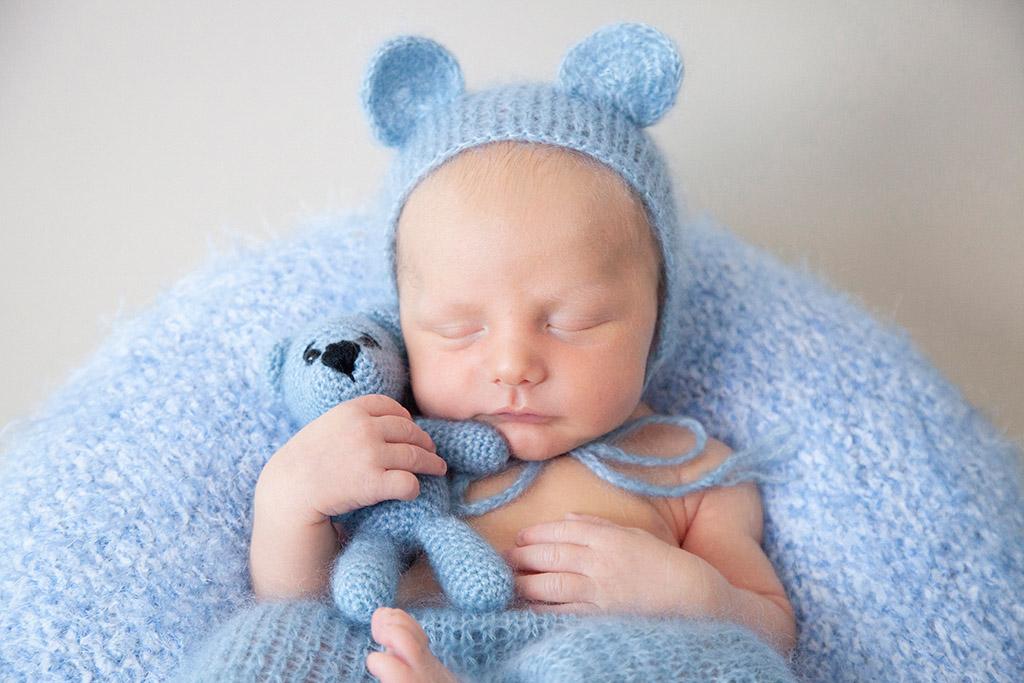 Neugeborene-Baby-Köln-Lohmar-Neugeborenenfotografie-Newborn-Familienfotografie-Großer-Bruder