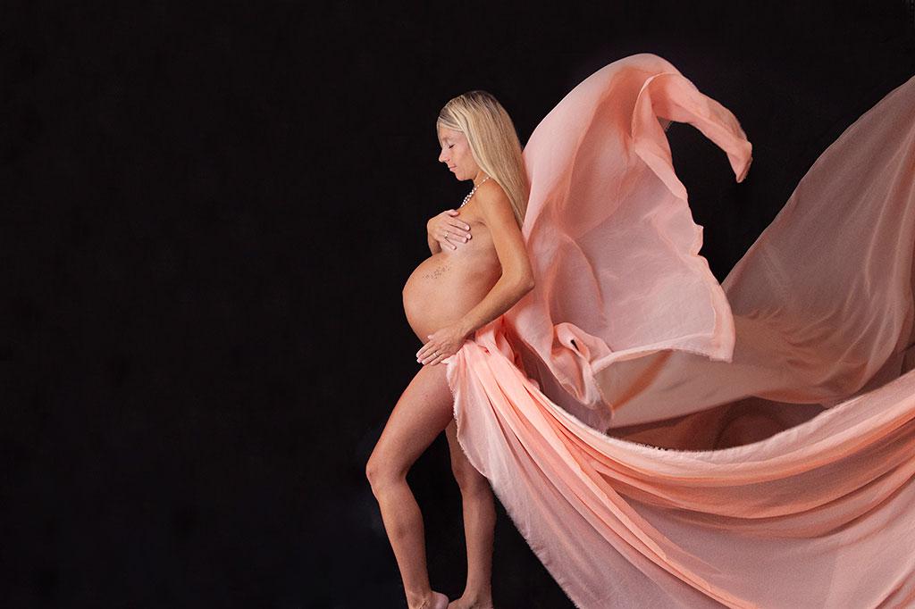 Babybauch in Overath und Köln Schwangerschaftsfotograf in Lohmar Fotografin in Köln Body Dessous