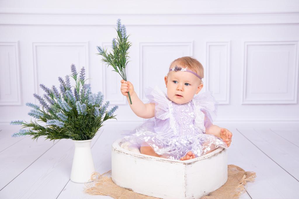 Maedchen sitzt in einer Herzschale und hält einen Strauß Lavendel in der Hand, Kinderfotos, Blumen, Lavendel, Carina rosen, fotograf Lohmar
