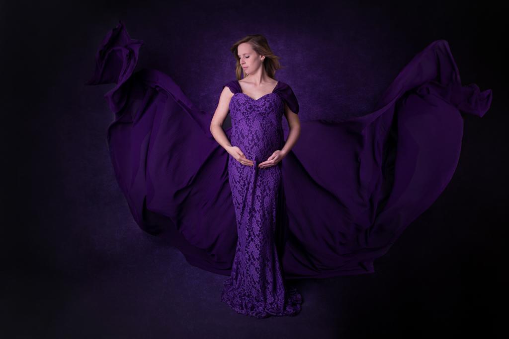 Schwangere im lila Kleid mit fliegenden Tüchern, carina rosen fotografie in lohmar bei bonn