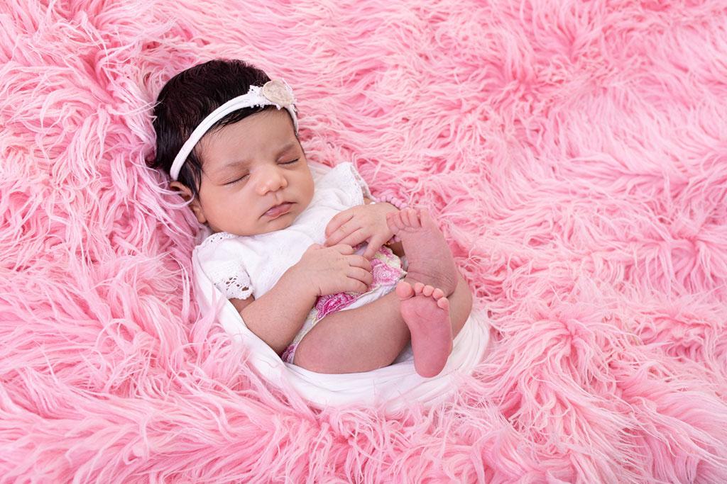 Baby auf rosa fell und schläft babyshooting bei Carina Rosen in Lohmar