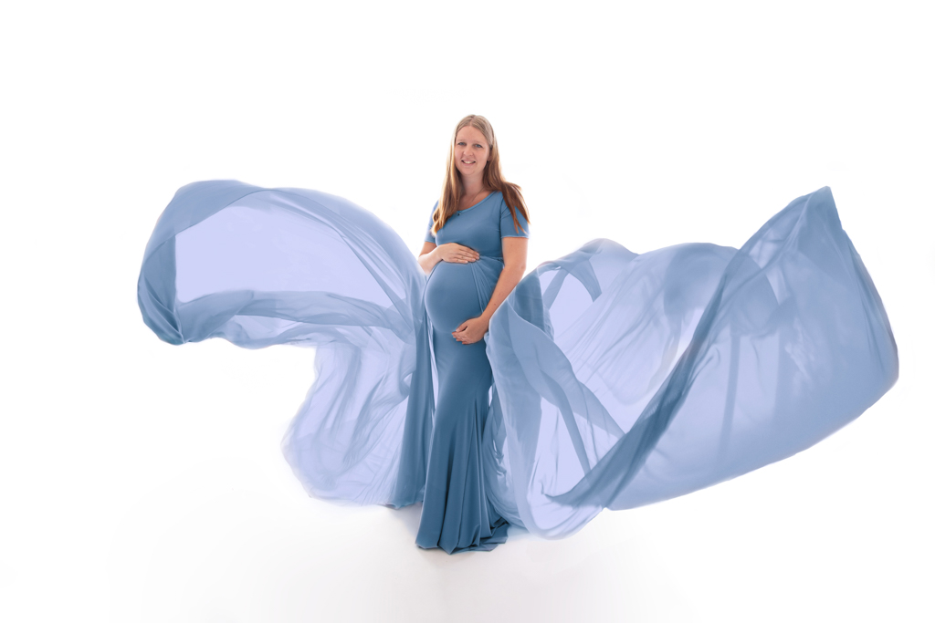 Schwangere im Blauen Kleid mit wehenden Tüchern