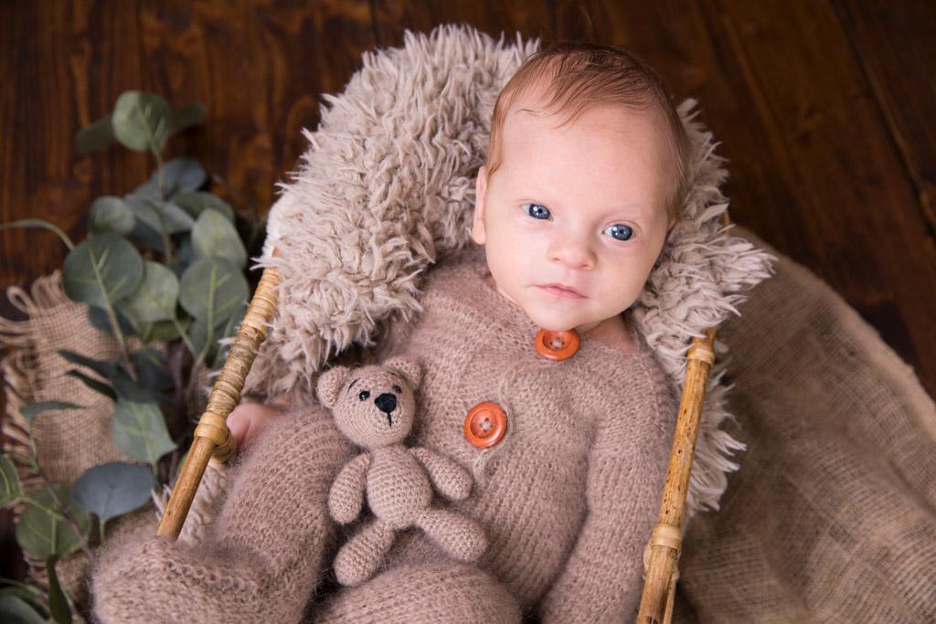 Neugieriges Baby mit seinem Teddy | Regenbogenbaby großer Bruder Carina Rosen