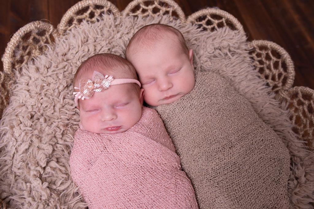 zwillinge gepuckt auf hellbraunem fell carina rosen fotografin für neugeborene overath