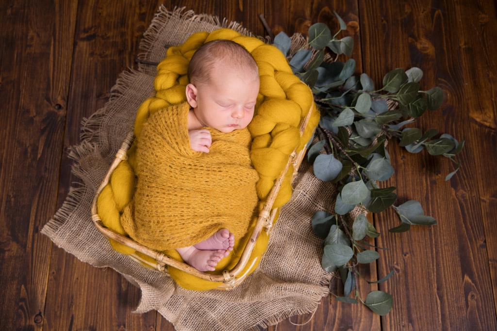 schlafendes neugeborene, Bambuskörbchen, fotograf lohmar,
